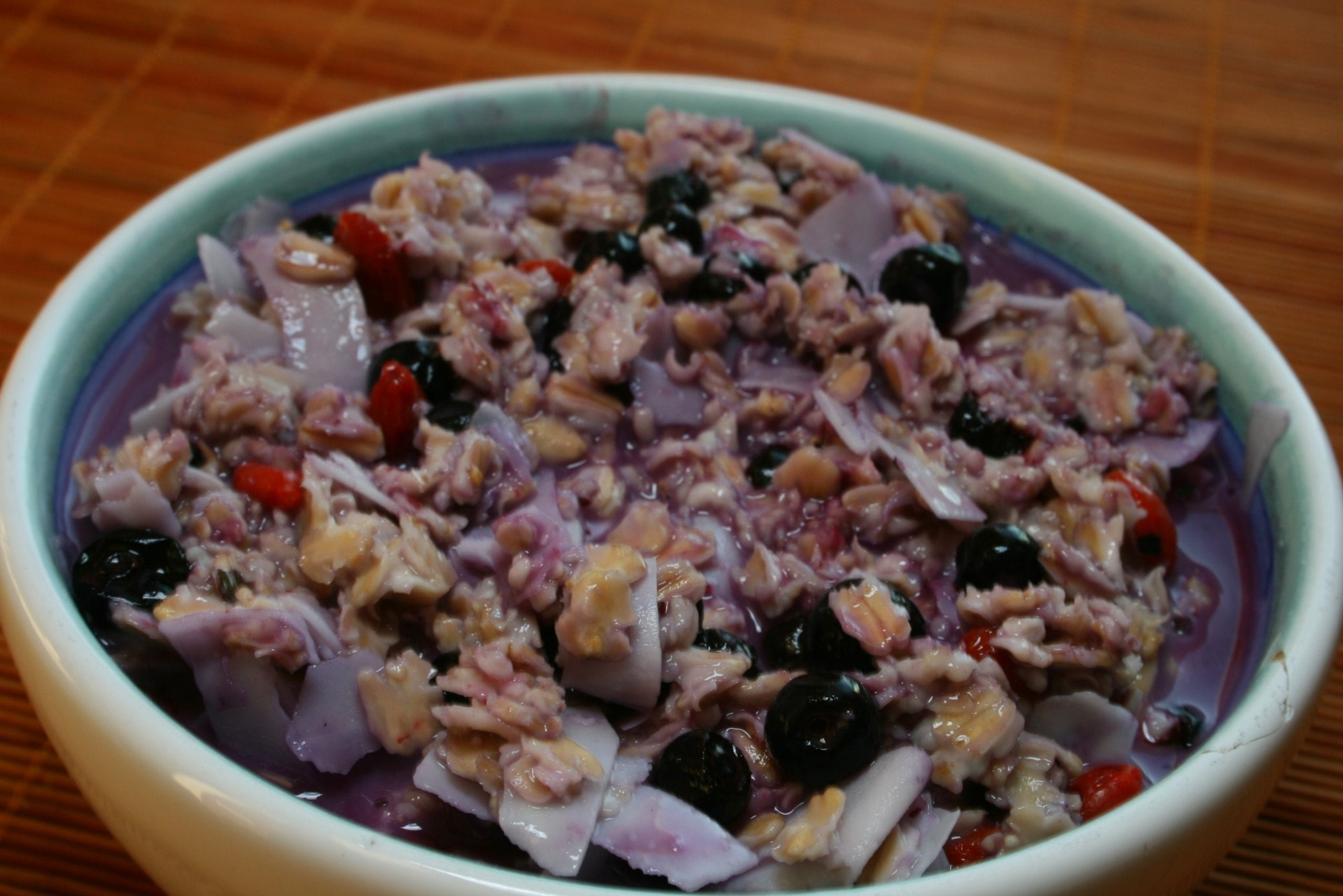 Oatmeal with goji berries blueberries and shredded coconut - Kaerapuder mustikatega 002
