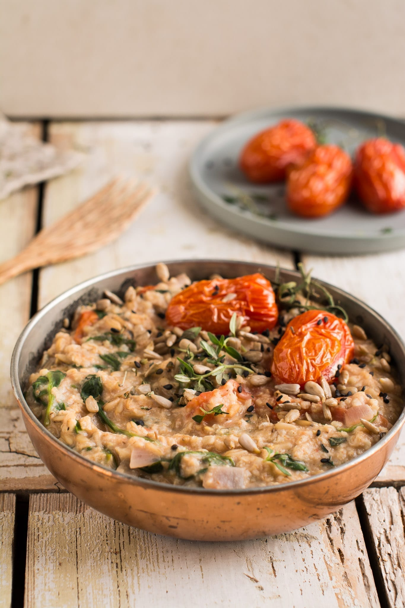 This delicious savory oatmeal is full of Mediterranean flavours and nutrients that your body will appreciate in the morning.
